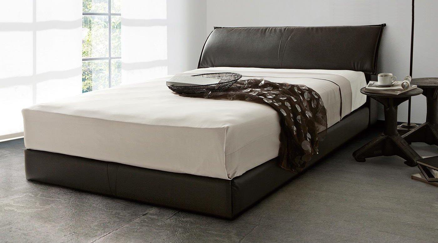 レザータッチで高級感のあるシーリーのベッド