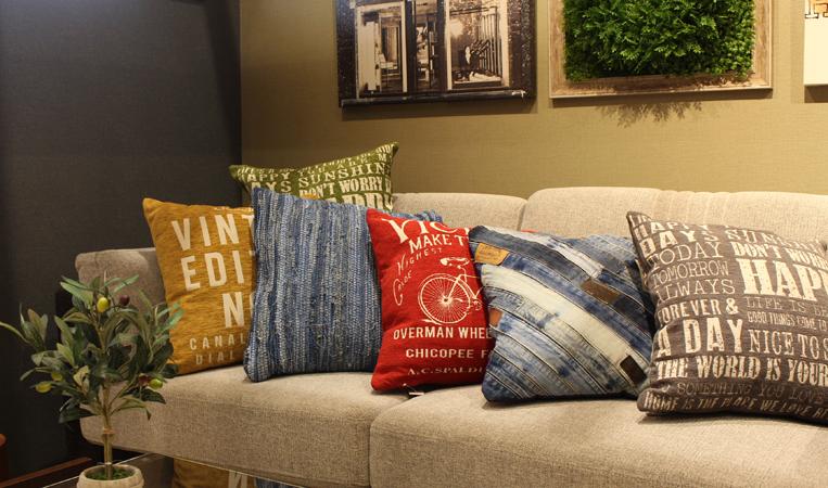6個のクッションがソファーに並べられている