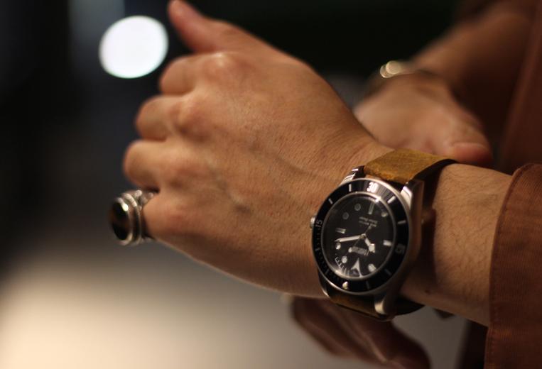Fonderia / フォンデリアの腕時計をつけた男性