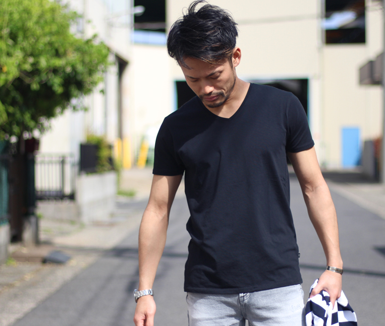 ブラックの半袖無地Tシャツ