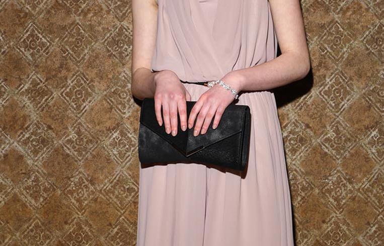 結婚式に使えるブラックのクラッチバッグ
