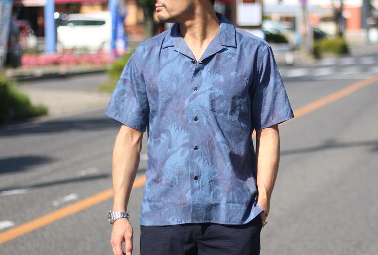 ブルーのボタニカル柄開襟シャツ