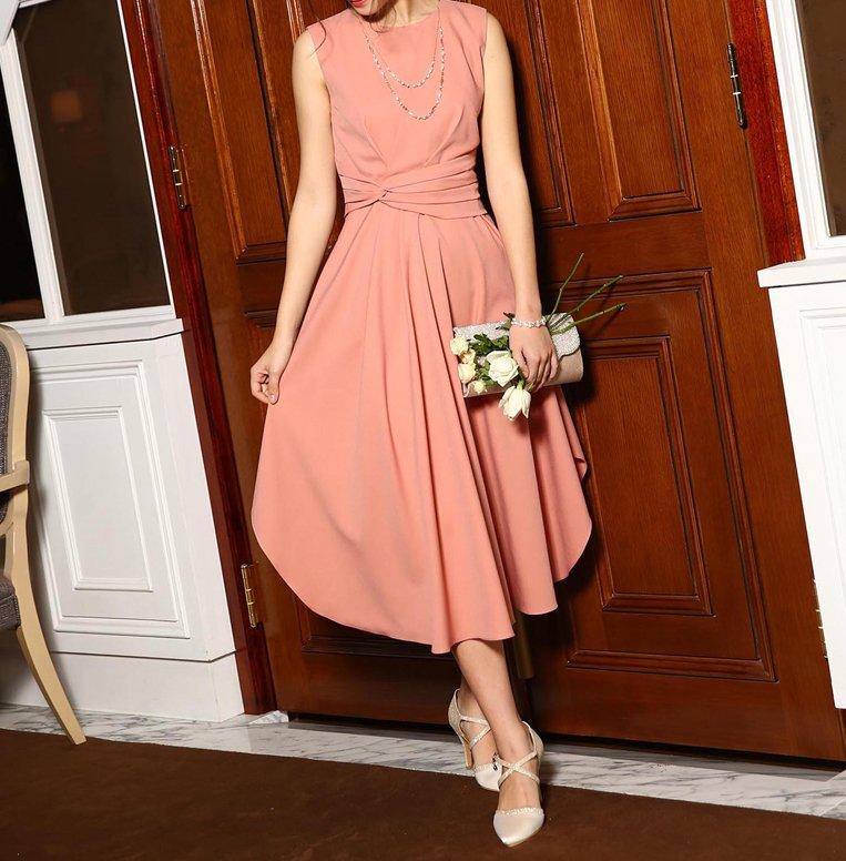 淡いピンクのワンピースパーティードレス