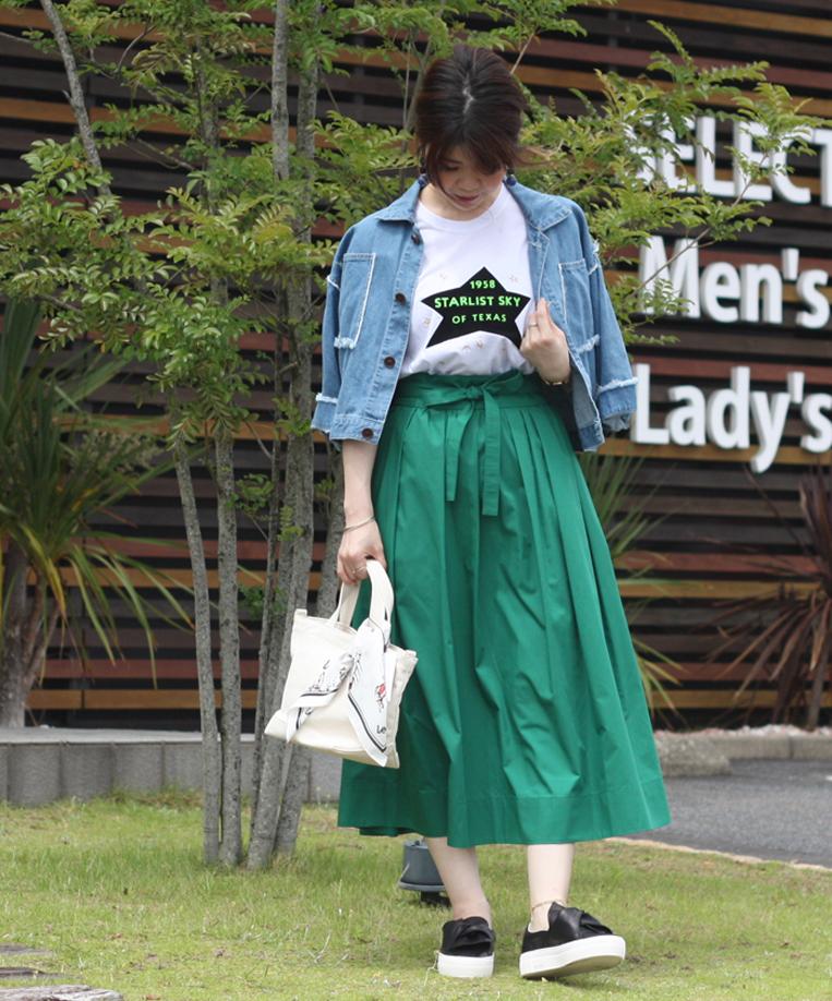 デニムジャケット×プリントTシャツ×グリーンスカートのコーデ