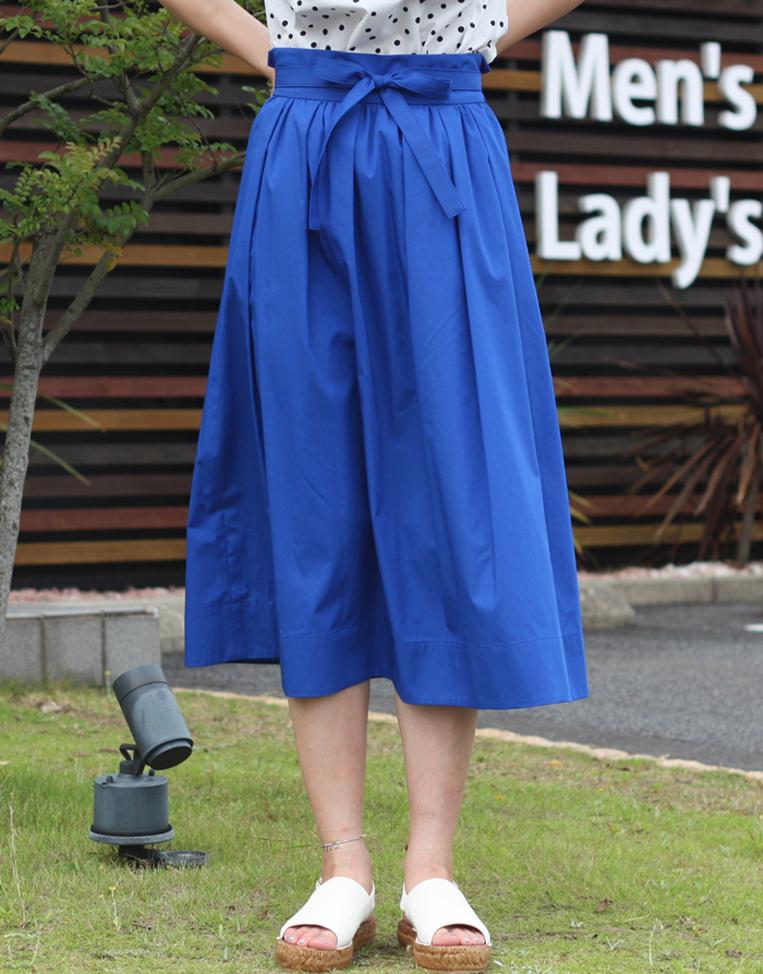 ロイヤルブルーのフレアスカート