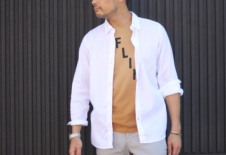 ブラウンTシャツに白シャツを羽織った男性