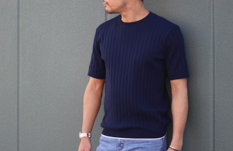 ブルーのリブニットTシャツを着た男性