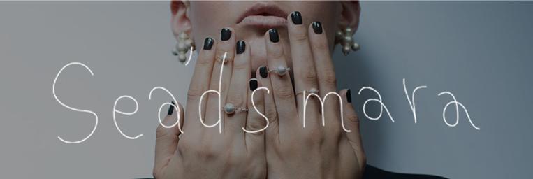 Seads maraのブランドイメージのモデルさんが指を見せてる写真