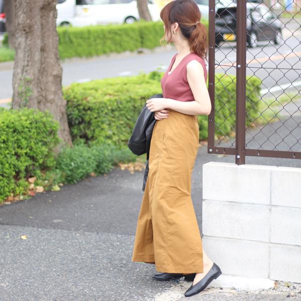 vカットヒールを履いた女性の足