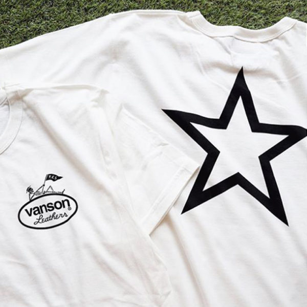 tes vanson コラボTシャツの表裏のプリントが写った写真