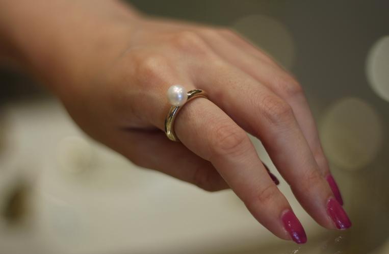 ウーサのパールリングをつけた手元の写真