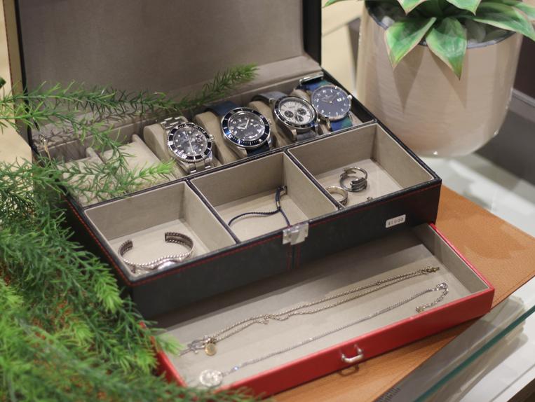 腕時計とアクセサリーを収納したジュエリーボックスのイメージ写真
