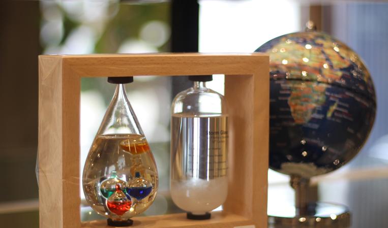 Chataniの温度計&ストームグラスを地球儀と一緒に撮影したイメージ写真