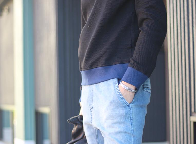 袖と裾がブルーに切り替わったネイビーのパーカー