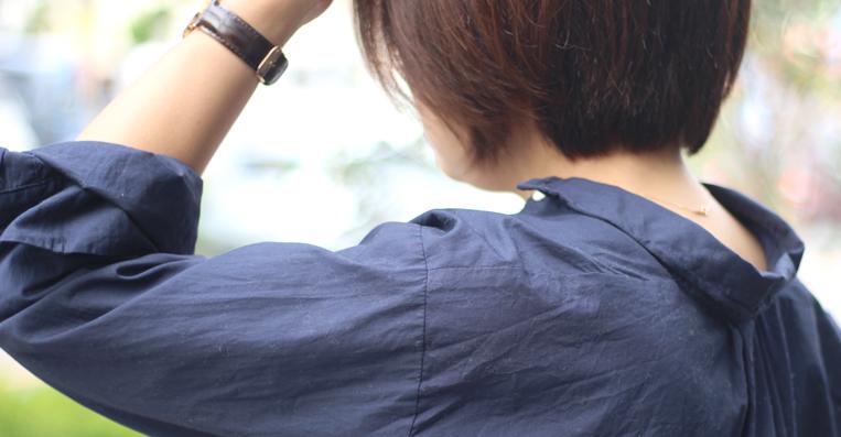 抜き襟、袖をまくったアップ写真