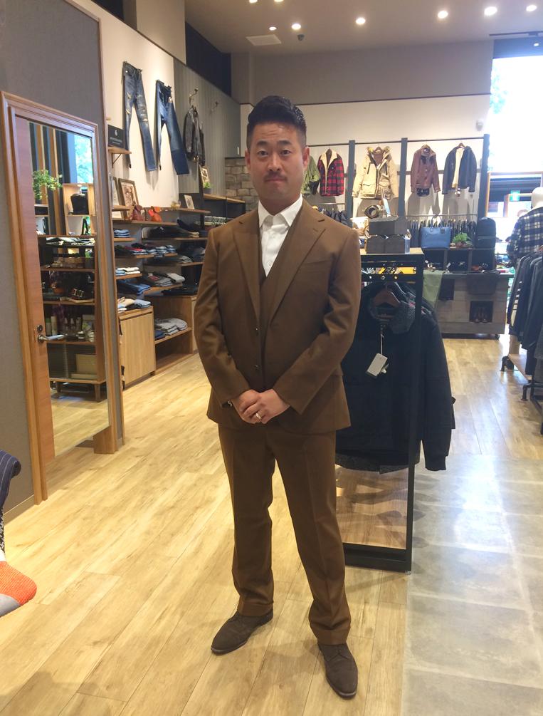 ブラウンのスーツを着た男性