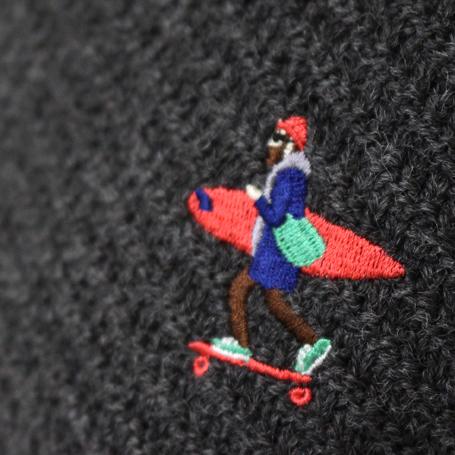 TESニット刺繍のアップ写真チャコール