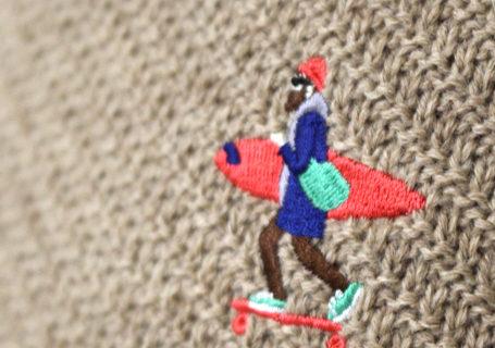 TESニット刺繍の写真のアップのベージュ