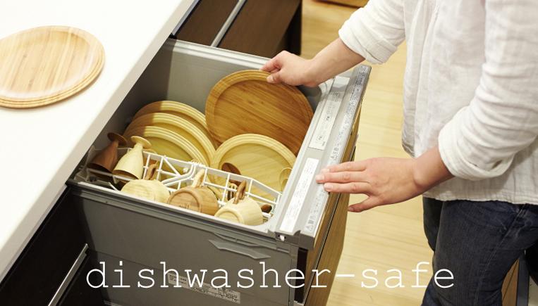 RIVERETの食器を食器洗い機に入れている様子