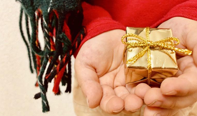 子供の手にプレゼントが乗った写真