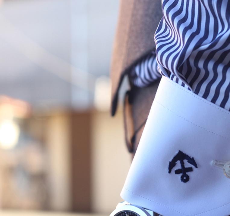 袖にいかりマークの刺繍が入ったシャツ