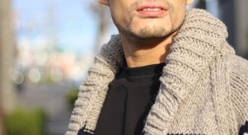 カウチンニットカーデの襟元のアップ写真