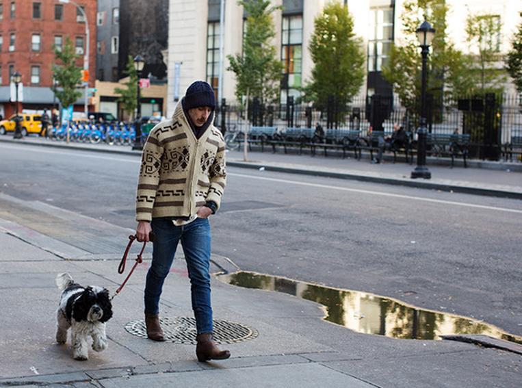 カウチンニットを着て散歩している外国人の写真