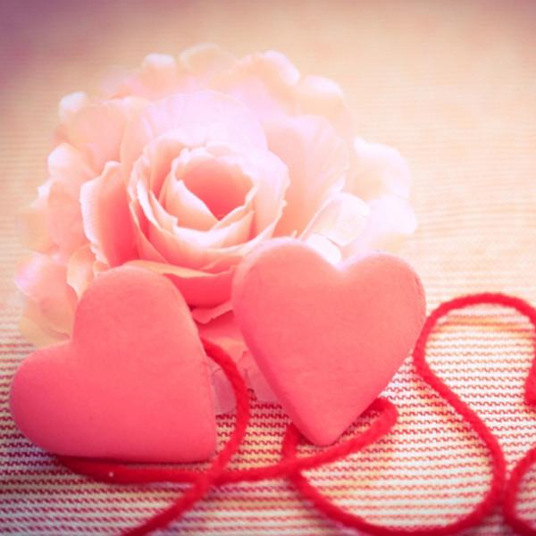 二つのハートとバラの花