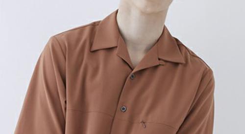 オープンカラーシャツの襟元のアップ