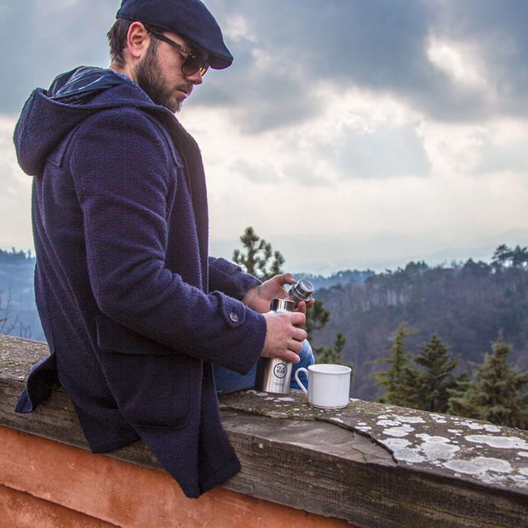 マイボトルでお茶を飲む外国人男性