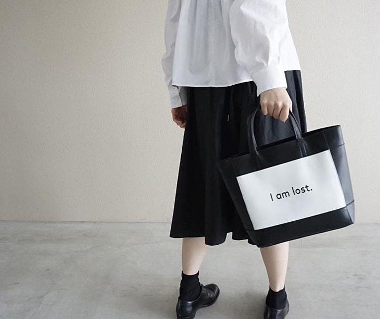 intoxicのバッグを持った女性