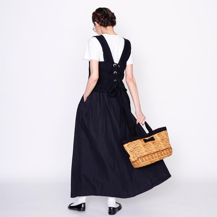 バスケットプリントのバッグを持った女性の後ろ姿