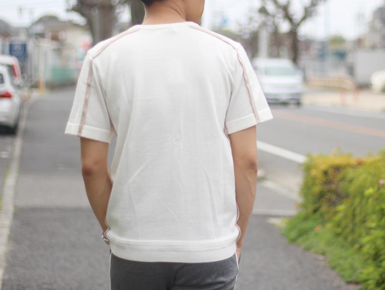 ホワイト×ベージュのサイドラインニットを着た男性