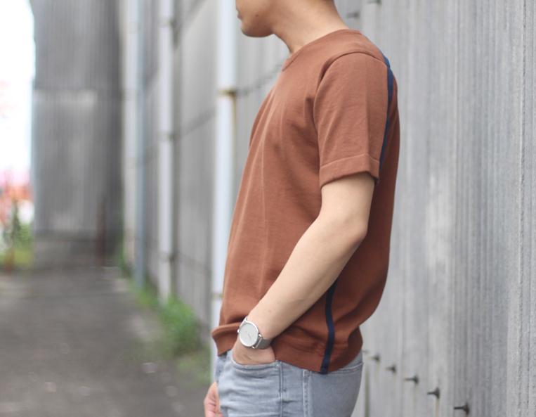 ブラウン×ネイビーのサイドラインニットを着た男性