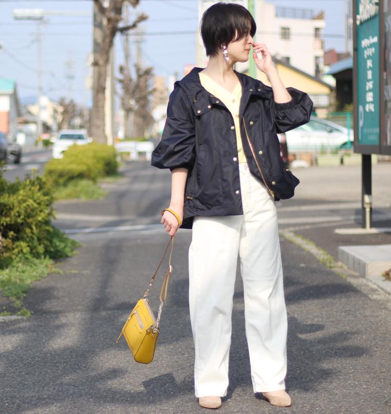 ネイビーのマウンテンパーカーにワイドデニムを着た女性
