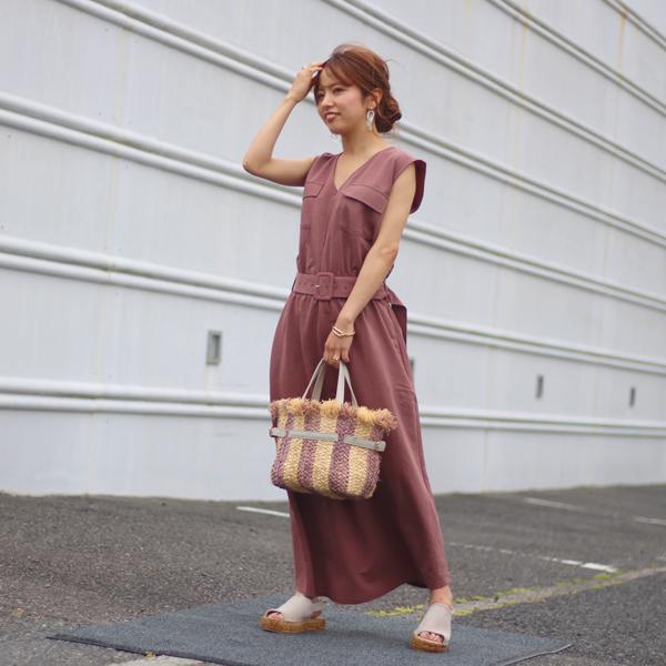 TORRAZZO DONNA/トラッゾドンナのウエストベルトロングワンピースを着た女性