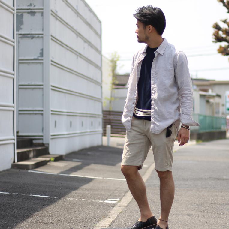 リネンシャツにショートパンツを履いた男性