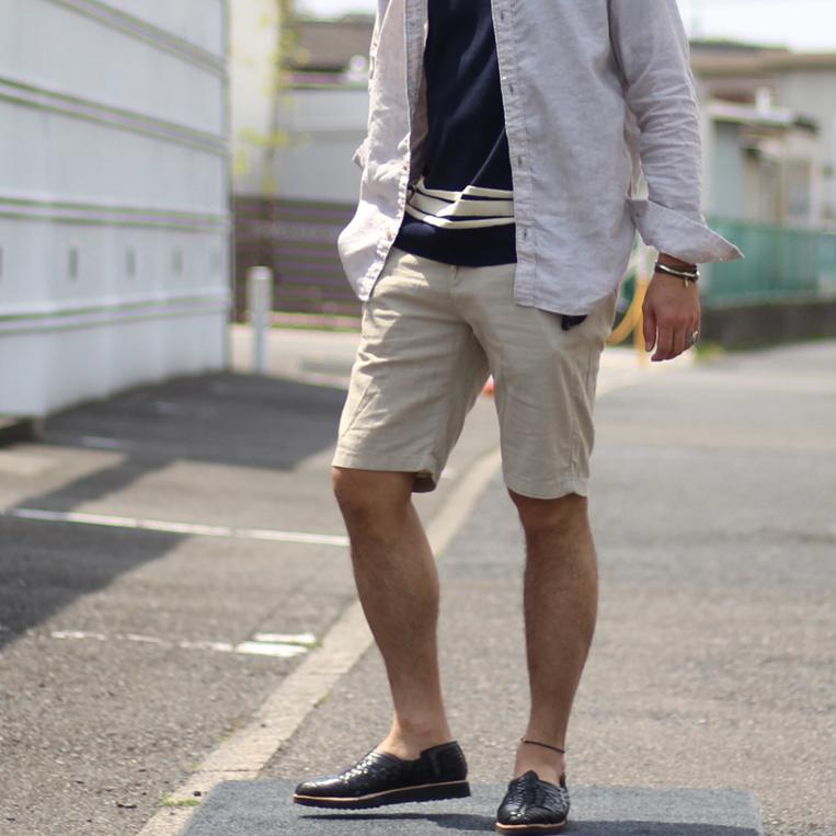 ショートパンツを履いた男性