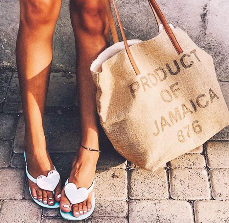 ハートモチーフのビーチサンダルを履いた女性の足元