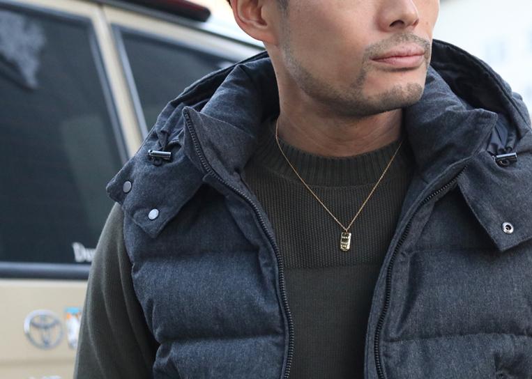 AMP JAPANの24K純金コーティングプレートネックレスを着用した男性