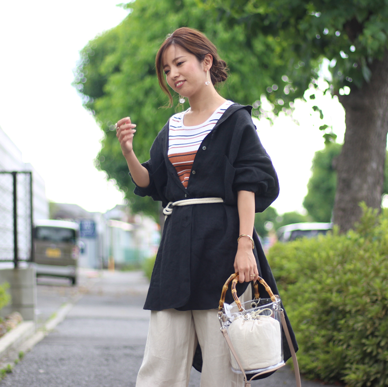 ブラックのロングリネンシャツを着た女性