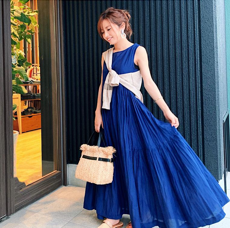 ブルーのティアードワンピースを着た女性