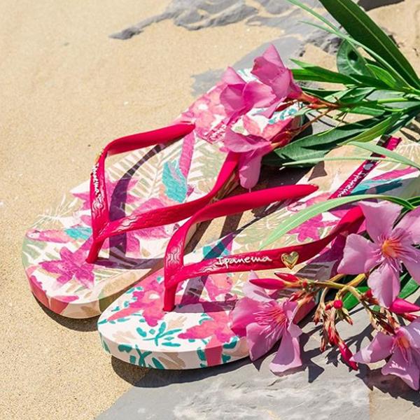 砂浜に置かれた花柄のビーチサンダル