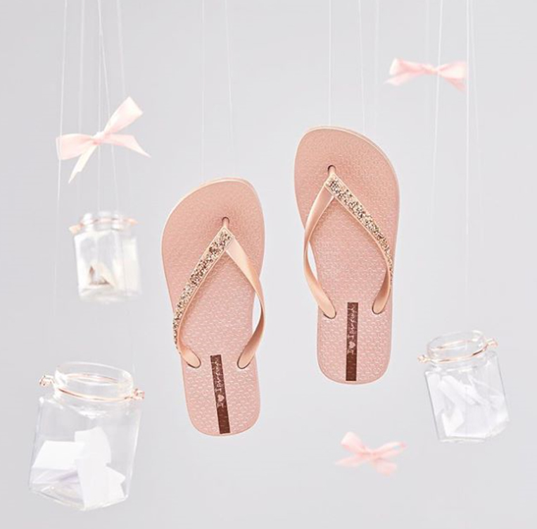 ピンク色のビーチサンダル