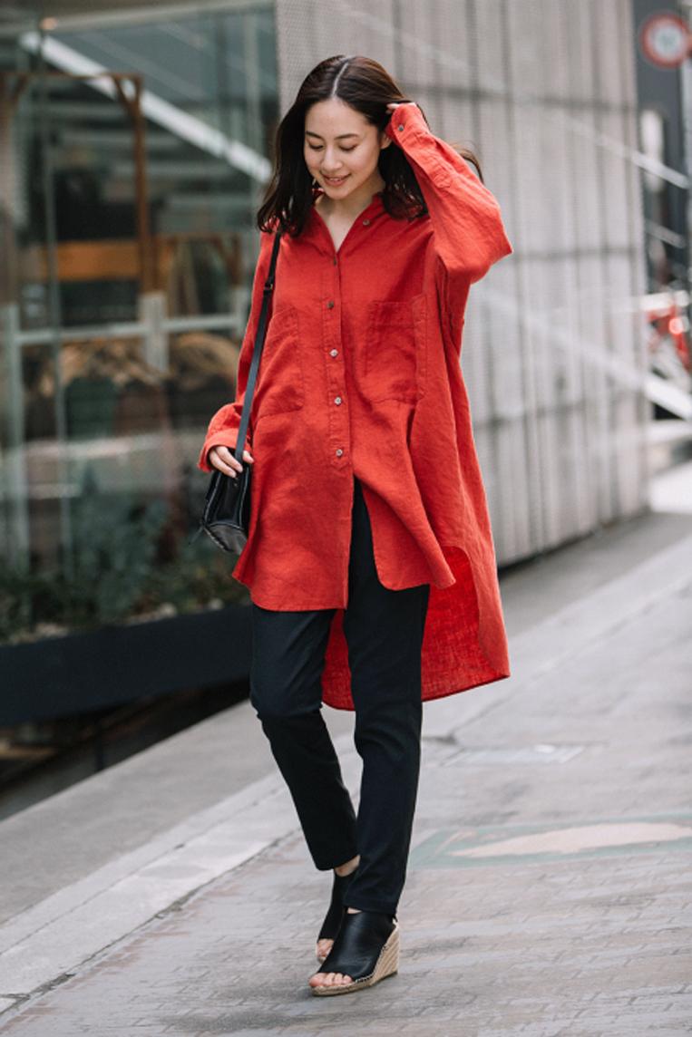 赤いリネンロングシャツを着た女性