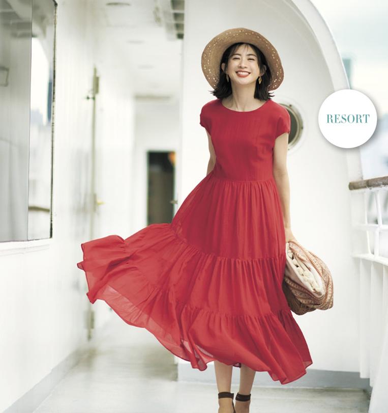 赤いティアードワンピースを着た女性