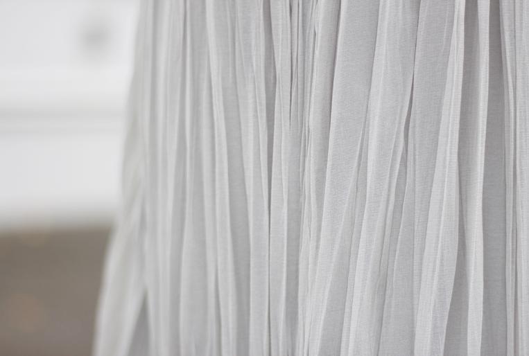 シワ加工を施したプリーツスカートの素材感