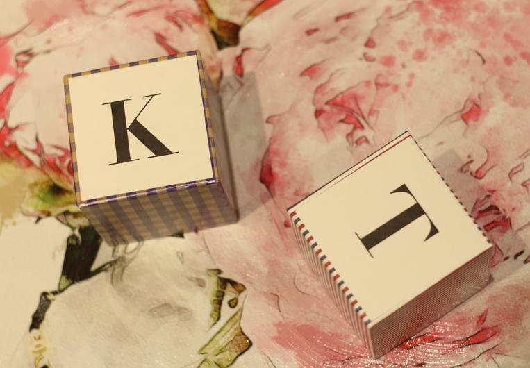 イニシャルKとTが刺繍されたのハンカチ