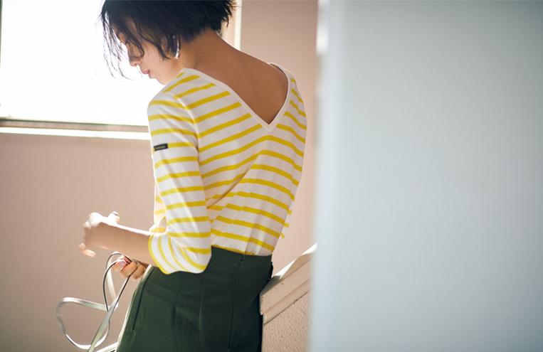 イエローのバスクシャツを着た女性