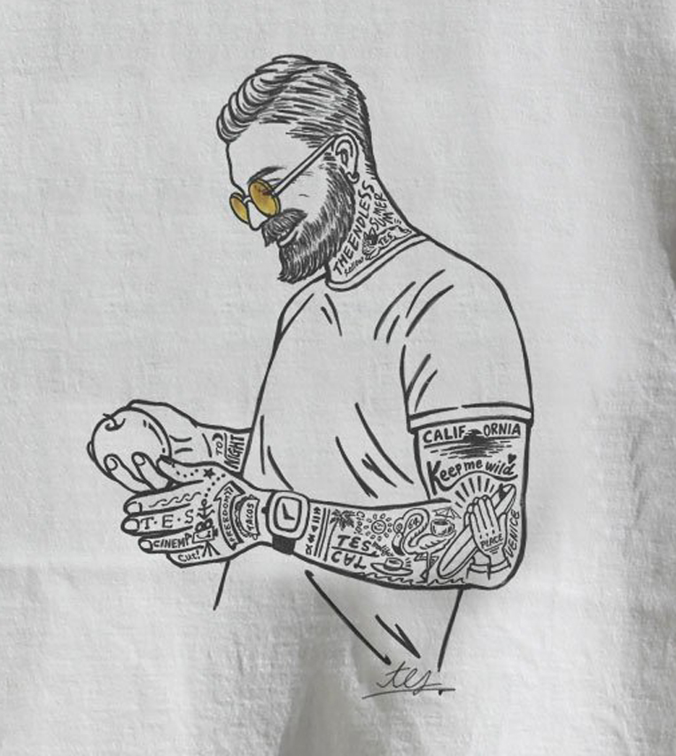 リンゴを持った男性がプリントされたTシャツ